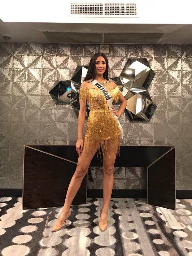 """Người đẹp gốc Thái Bình nổi bật với bộ trang phục màu vàng ánh kim, """"khoe"""" khéo đôi chân thon."""
