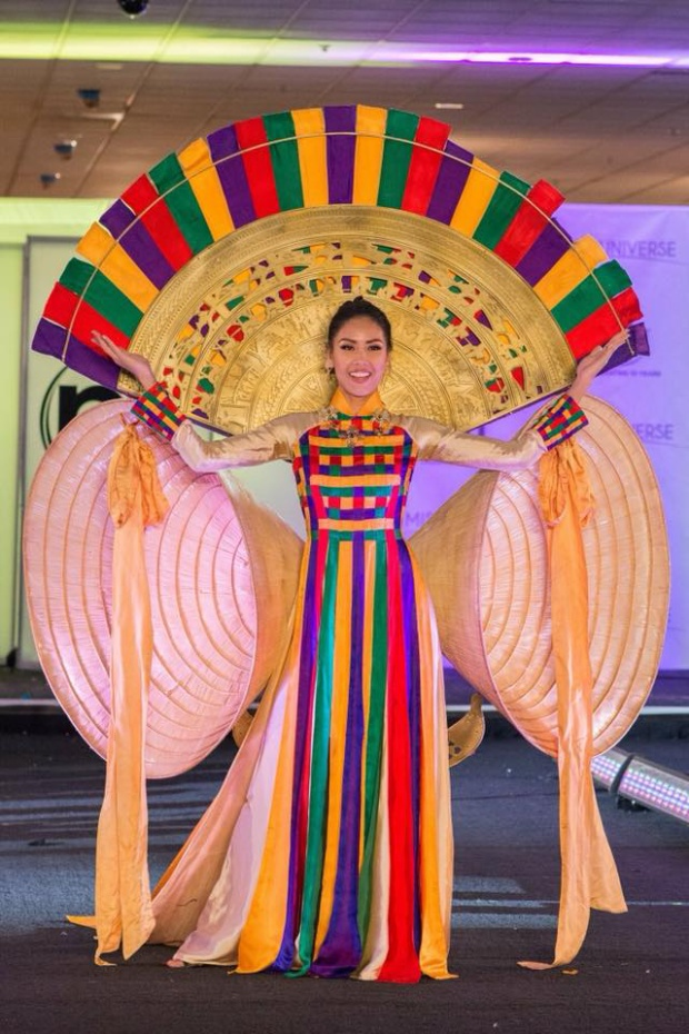 Sáng 19/11, phần thi National Costume - Trình diễn Trang phục dân tộc chính thức diễn ra. Đại diện Việt Nam Nguyễn Thị Loan trong thiết kế Hồn Việt kết hợp áo dài truyền thống với nón lá, trống đồng nhận được nhiều tràng pháo tay nồng nhiệt khi xuất hiện trên sân khấu.