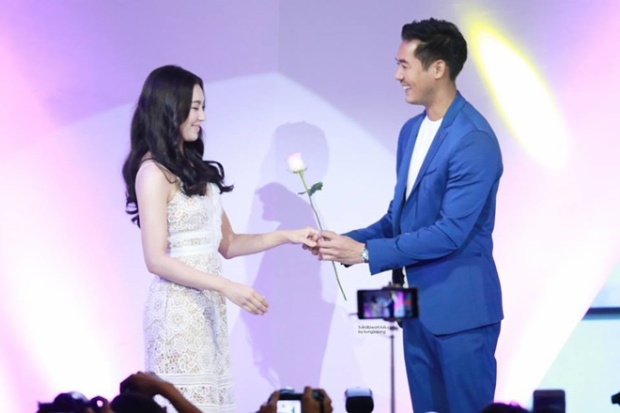 """Niềm hạnh phúc ngập tràn khi chàng """"Romeo""""tặng đóa hồng cho nàng """"Juliet""""."""