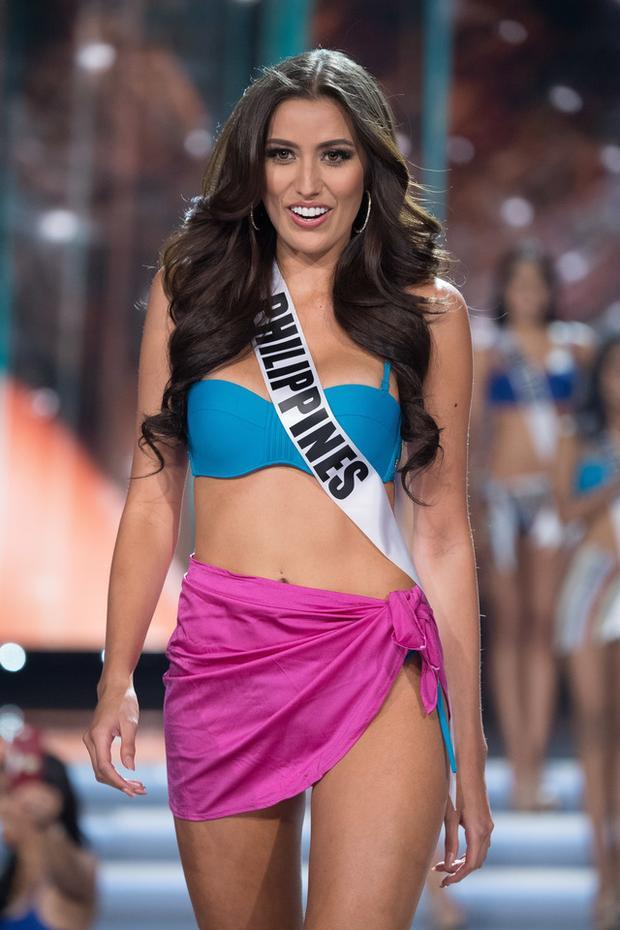 Miss Philippines 2017 trong phần thi trang phục áo tắm, tuy sở hữu hình thể đẹp nhưng cô gái lại có phần thể hiện khá chệch choạc, những bước catwalk thiếu thu hút.