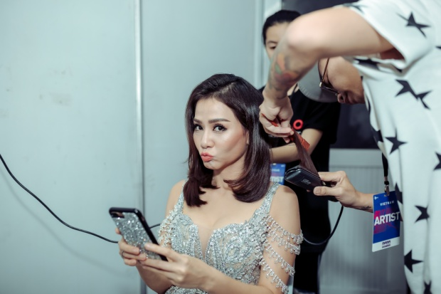 Nữ ca sĩ Thu Minh đã được ban tổ chức sắp xếp phòng chờ ngay cạnh sân khấu - Vị trí đẹp nhất trong hậu trường nhà hát Hòa Bình.