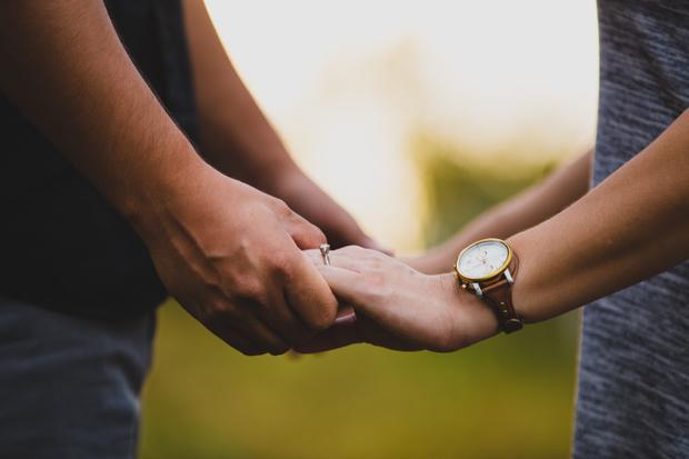 """Tình yêu thật sự, không phải là những câu nói """"em yêu anh"""" trống rỗng, mà là lúc bạn mỉm cười và nói """"em tin anh"""" - (Ảnh minh họa)."""