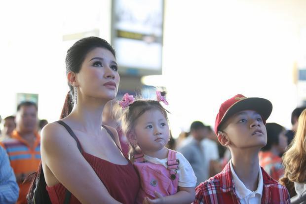 Trưa 27/11, cựu người mẫu/diễn viên Trang Trần đưa con gái đầu lòng có tên thân mật là Kiến Lửa và con trai nuôi Bảo Bảo ra sân bay Tân Sơn Nhất, TP.HCM đón ông xã Louis Trần từ Mỹ trở về nước.