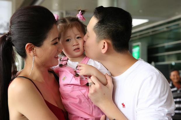 Ngay khi đáp chuyến bay, ông xã cựu người mẫu sinh năm 1985 nhanh chóng chạy đến ôm, hôn con gái và bà xã. Ngày anh về nước cũng chính là ngày sinh nhật tròn 2 tuổi của bé Kiến Lửa.