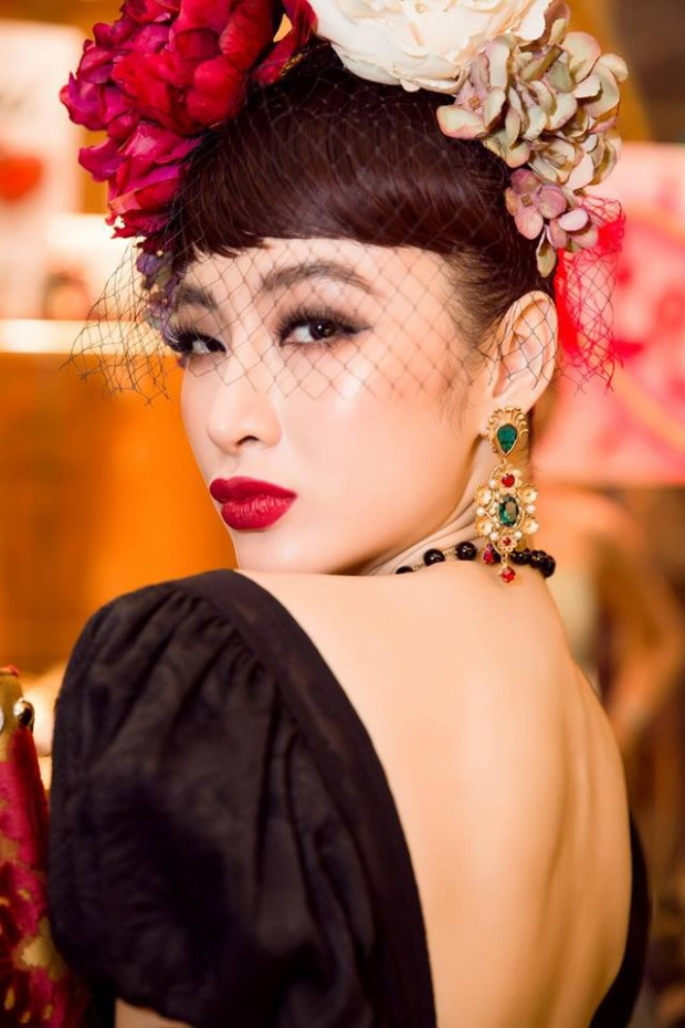 Tham dự sự kiện ra mắt một thương hiệu thời trang, Angela Phương Trinh hướng đến hình tượng một tiểu thư thập niên sang trọng khi lựa chọn màu son đỏ, mắt nhấn xếch và mi giả dày, dài.
