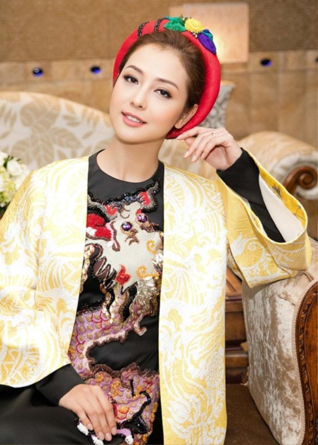 Giữ vị trí MC cho một sự kiện về văn hóa, để phù hợp với trang phục áo dài đang diện, Jennifer Phạm lựa chọn cho mình lớp nền trong vắt cùng cách trang điểm lược giản các chi tiết ở mắt, môi nhằm tạo nên cái nhìn dịu dàng, nền nã.