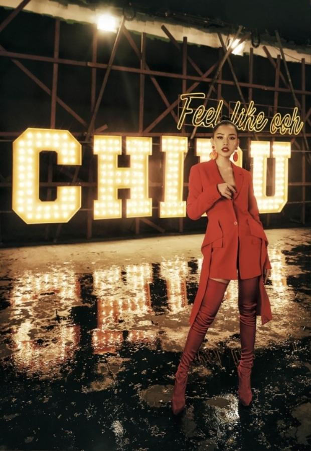 Set đồ đắt đỏ nhất trong MV, có giá gần 100 triệu đồng. Cụ thể, áo vest dáng dài cách điệu 2 tà của Givenchy giá 73 triệu đồng, boots cao cổ hiệu Casadei có giá 25 triệu đồng.