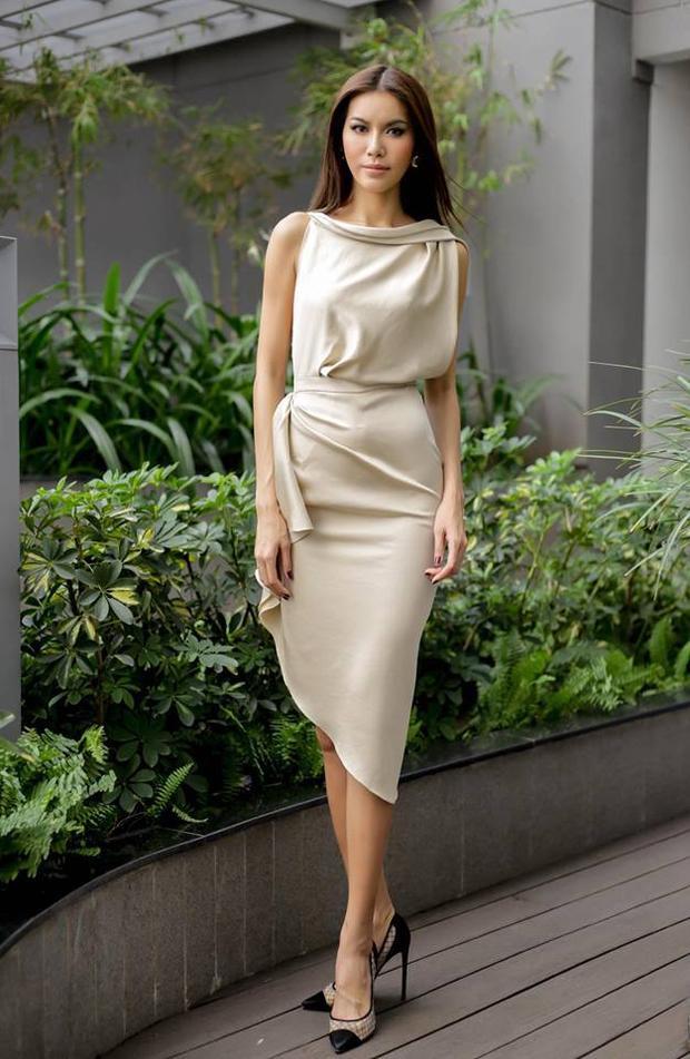 """Tuy nhiên, người mẫu gốc Sài Gòn vẫn có phần """"ngầu"""" hơn hai người đẹp diện cùng thiết kế trước đó. Cô chọn tông màu beige vô cùng ăn khớp với làn da nâu của mình."""