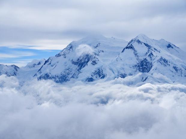 Từ những sườn núi, du khách có thể nhìn toàn cảnh tiểu bang Alaska bên dưới. Hoặc ngược lại, vào những ngày trời trong xanh (thường là mùa đông), từ thành phố, du khách cũng có thể phóng tầm nhìn lên đỉnh cao nhất của dãy Alaska - đỉnh Denali.