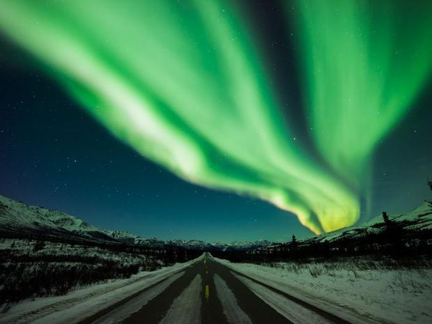 Vào tháng 7, du khách có thể chiêm ngưỡng những tia cực quang trên bầu trời. Hiện tượng này xảy ra từ mùa xuân đến đầu mùa thu khi bầu trời đủ tối.