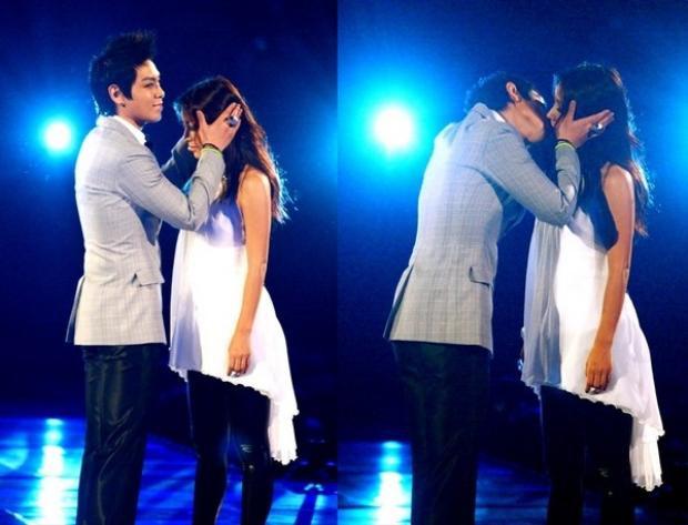 """Nụ hôn ngọt ngào giữa T.O.P Hyori làm """"bùng cháy"""" sân khấu."""