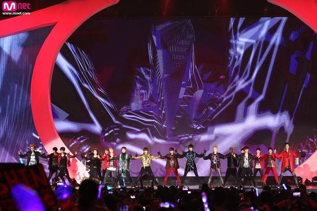 Sân khấu đặc biệt khi có sự xuất hiện của cả 17 chàng trai nhà SM.
