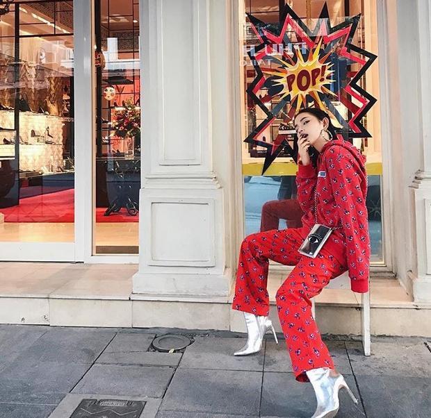 Với bộ đồ Kenzo đắt đỏ, Châu cũng không bỏ qua kiểu quần ống loe khoe chân dài kết hợp cùng boot ánh kim đang rất hot hiện nay.