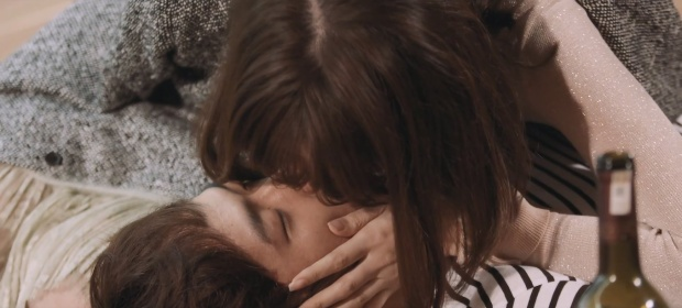Bằng cách hôn lại.