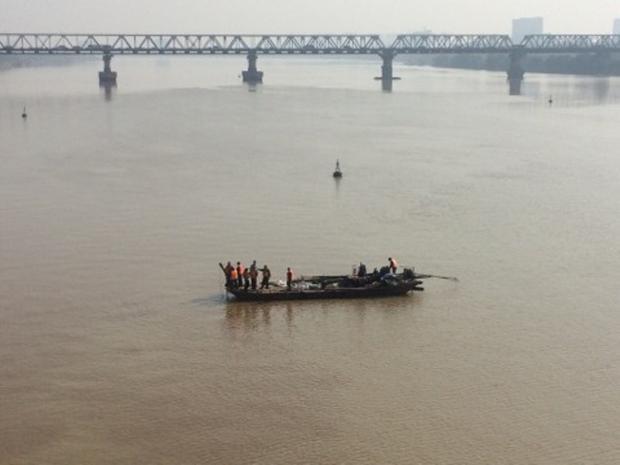 Quả bom được kéo ra xa cầu Long Biên.