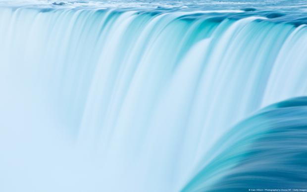 Nước từ thác Niagara (Canada) đổ xuống trắng xóa. Từ xa nhìn lại, cả dòng thác chẳng khác nào chiếc đuôi huyền bí của chú kỳ lân, vừa mượt mà, vừa kiêu kỳ.