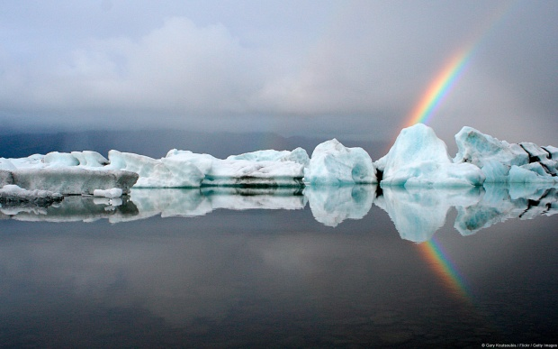 Khoảnh khắc giao thoa của núi băng trôi và cầu vồng tại Jokulsarlon (Iceland).