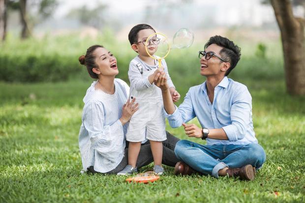 Khánh Thi - Phan Hiển là một trong những cặp đôi hạnh phúc của showbiz Việt. Sau thời gian trải qua sóng gió, hiện tại, Khánh Thi và Phan Hiển có cuộc sống đầy viên mãn cùng cậu con trai Ku Bi kháu khỉnh, đáng yêu. Cả hai hạnh phúc bên thiên thần nhỏ.