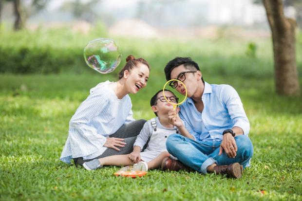 Sự hiện diện của cậu con trai bụ bẫm, đáng yêu đã giúp gia đình Phan Hiển - Khánh Thi có nhiều tiếng cười, niềm vui hơn. Khánh Thi từng chia sẻ con trai cưng chính là lý do để cô cùng chồng gắn kết và xây dựng một gia đình thật hạnh phúc.