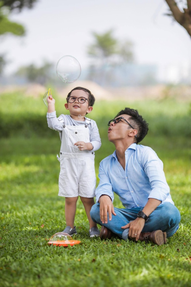 Phan Hiển là người đàn ông của gia đình, biết cách quan tâm vợ con. Dù kém tuổi vợ, anh vẫn luôn dành thời gian tâm sự, chia sẻ với Khánh Thi những áp lực từ công việc lẫn cuộc sống. Đặc biệt, Phan Hiển còn thay vợ chăm sóc Kubi khi cô bận rộn.