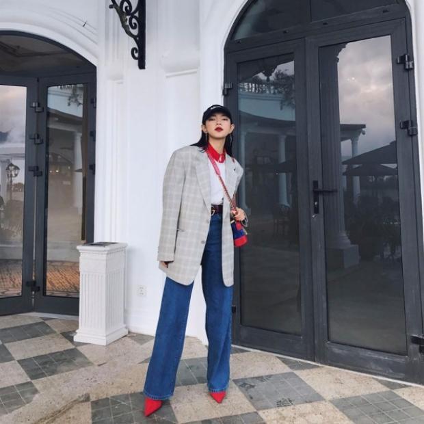 Và tất nhiền là Châu cũng không thể thiếu một chiếc blazer bằng vải kẻ xám trong tủ đồ của mình được. Kết hợp với quần ống loe thần thánh mà cô nàng cực yêu thích, nhìn Châu thật high fashion.