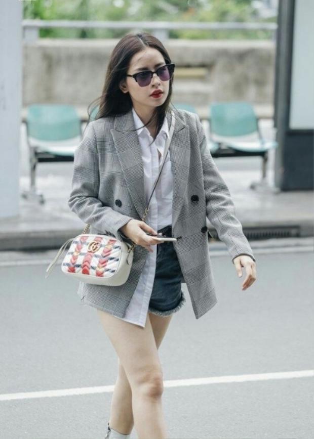 Cận cảnh chiếc áo blazer hot nhất tại thời điểm này. Ngay cả khi kết hợp với quần short jeans trẻ trung thì nhìn set đồ của Chi Pu cũng không hề bị lệch tông chút nào.