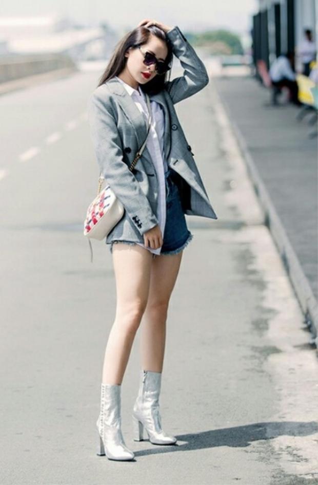 Và Chi Pu, cô nàng gây xôn xao nhất hiện nay cũng đã sắm ngay một chiếc rồi. Kết hợp với quần short jeans rách và boot ánh kim rực rỡ, outfit của Chi Pu đơn giản nhưng vẫn rất ưng mắt.