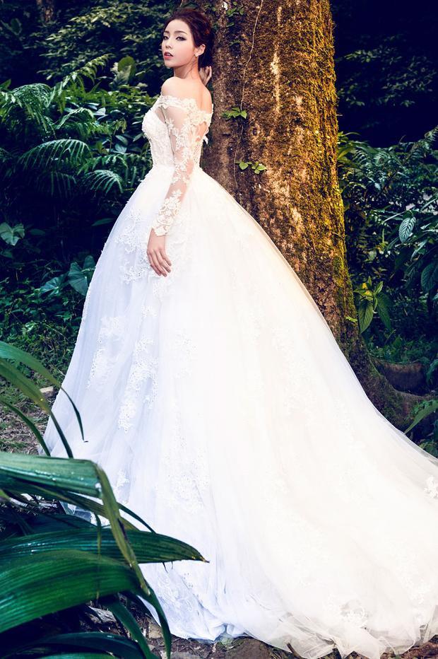 Với mẫu váy cô dâu tùng xòe rộng, trễ vai cùng thần thái mơ màng. Kiểu tóc búi ca đánh rối, hoa hậu Việt Nam 2014 trông như một nàng công chúa xinh đẹp giữa khu rừng.