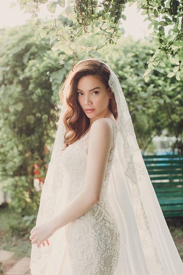 """Không sử dụng thêm bất kì phụ kiện hay trang sức nào, chỉ thần thái của Hà Hồ thôi cũng đã khiến """"vạn người mê"""" trong trang phục váy cưới này rồi!"""