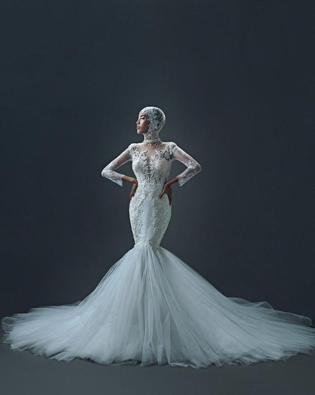 Có phần khác lạ hơn, Lan Khuê phá cách trong trang phục cưới đầy nóng bỏng, ma mị và có phần táo bạo khi diện các thiết kế váy cưới với các chất kiệu chủ yếu là ren, lưới với thiết kế độc đáo.