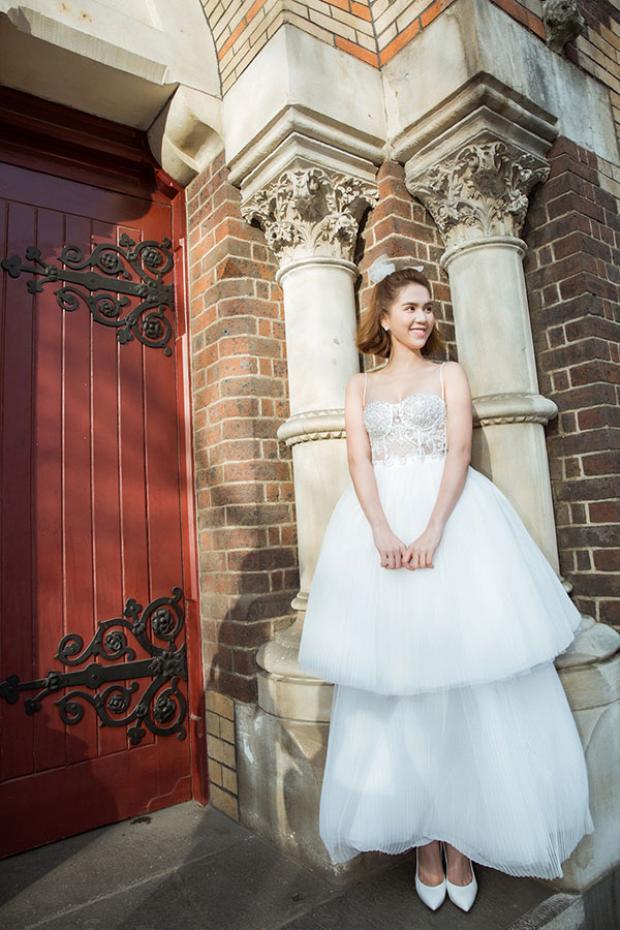 Với kiểu tóc ngắn, trong chiếc đầm hai dây cúp ngực hai tầng dập ly trắng tinh khôi này trông Ngọc Trinh như một nàng công chúa vừa tròn đôi mươi vậy.