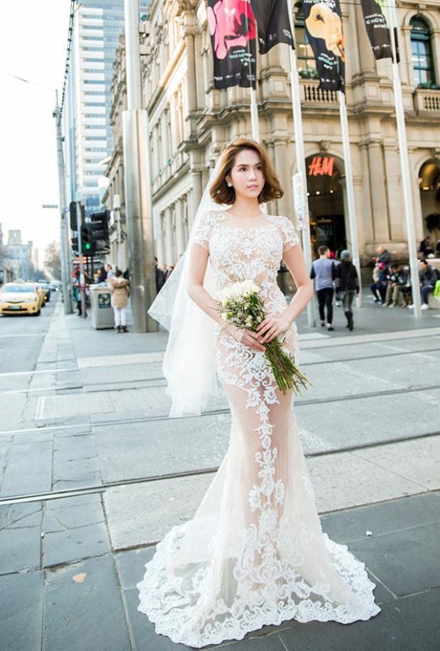 Trong một thiết kế váy cưới đuôi cá xuyên thấu khác, lại xuất hiện một Ngọc Trinh vô cùng sexy, nóng bỏng hút mắt.