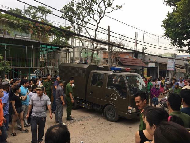 Hình ảnh xe công an đến áp tải bà Linh.