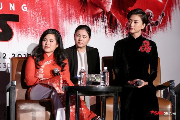 Hai nữ diễn viên lắng nghe câu hỏi từ truyền thông báo chí.