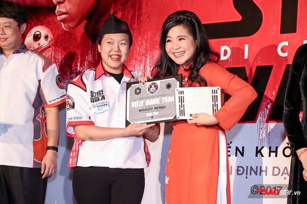 Kelly Marie Trần nhận giấy chứng nhận từ Quân đoàn 501.