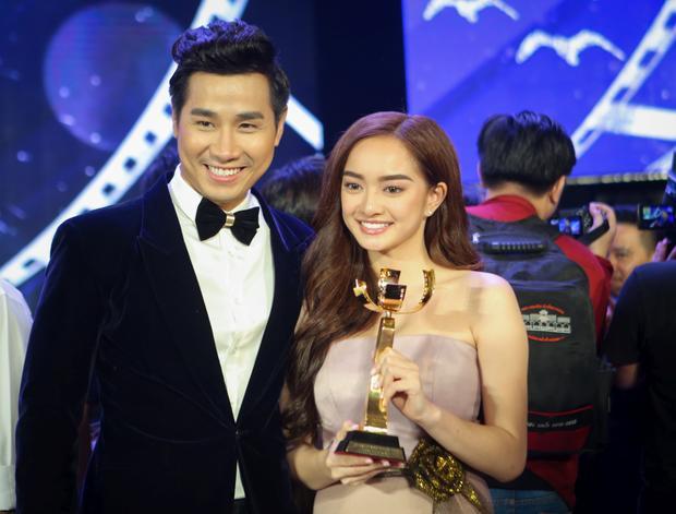 Kaity Nguyễn và MC Nguyên Khang.