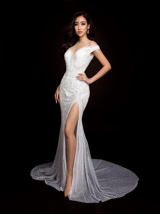 Trang phục dạ hội màu trắng giúp Đỗ Mỹ Linh thể hiện vẻ đẹp thuần khiết, sang trọng. Điểm nhấn đáng chú ý là đường xẻ tà cao và đính nhiều hột lấp lánh. Đặc biệt, bờ vai có phần hoa văn nổi khá lạ mắt.