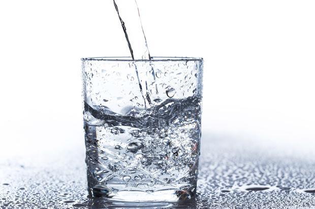 Nước: Chúng ta thường nhầm lẫn giữa cảm giác đói và khát nước, vì vậy trước khi bạn dùng một bữa ăn nhẹ hãy thử nhấm nháp một ít nước trước. Có thể bạn đang thèm ăn chỉ do cơ thể bạn mất nước và chưa được cung cấp kịp thời. Nếu bạn vẫn cảm thấy đói hãy thử nhai một miếng kẹo cao su, chúng sẽ làm bạn tập trung trở lại. Bạn nên uống từ 1.5 đến 2 lít nước mỗi ngày ở bất cứ nơi đâu.