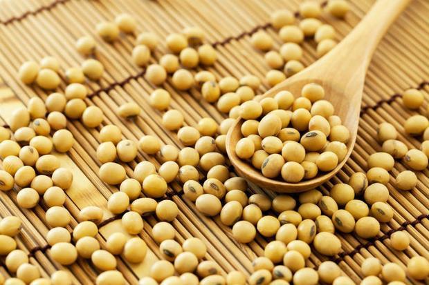 Đậu nành sấy: Mặn mặn, giòn giòn và cung cấp nhiều protein, đậu nành chứa khoảng 100 calo mỗi khẩu phần và 14 gram protein. Đậu nành sấy khô là một thực phẩm bạn có thể ăn thỏa thích mà không sợ tăng cân.