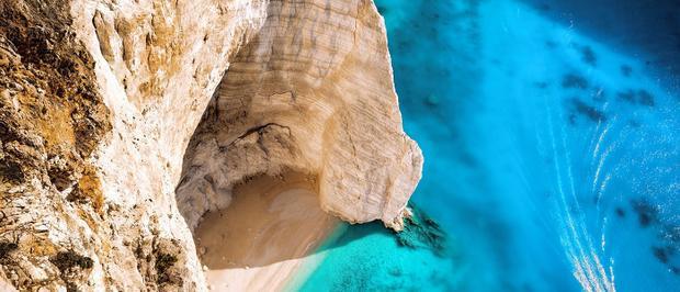 Làn nước trong xanh tuyệt đẹp tô điểm bởi những vách đá và cát trắng tinh khôi.