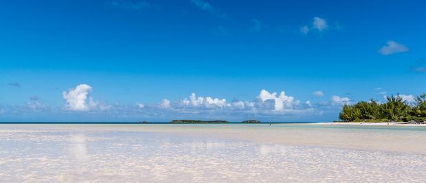 Hòn đảo này có một bãi biển cát màu hồng nhạt tuyệt đẹp, tạo ra cảm giác mơ màng, lãng mạn cho bầu không khí nơi đây.