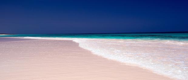 Bãi cát hồng là điểm làm nên sự đặc biệt ở chốn này.