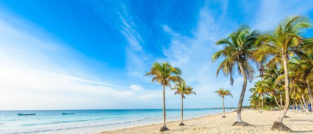Màu nước xanh tuyệt đẹp và cát trắng nguyên tạo ra những bãi biển tuyệt vời nhất mà bạn có thể tưởng tượng được.