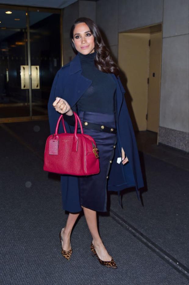 Diện nguyên cây xanh navy với áo T-shirt, Meghan vô cùng sành điệu với chiếc túi Marc Jacobs màu hồng trên tay. Kết hợp với đôi cao gót da báo, cô nổi bật trong sự kiện Today Show.