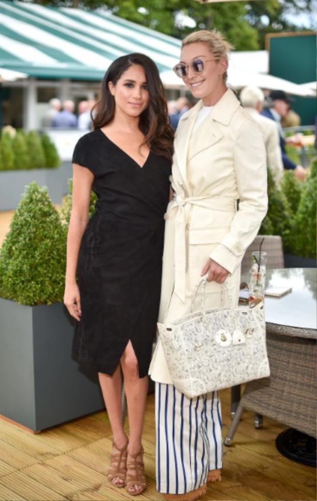 Cô diện đầm đen quyến rũ với giày sandal cao gót khi đi dự sự kiện của nhà mốt Rauph Lauren.