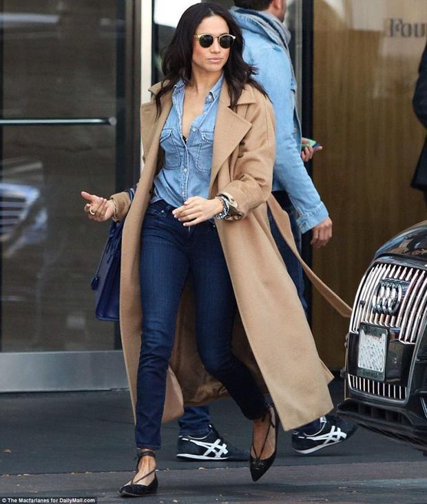 Vào mùa đông, cô chọn chiếc áo khoác dáng dài và áo sơ mi kết hợp quần jeans cho bên trong.
