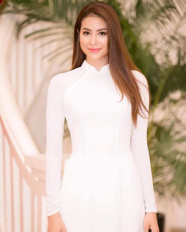 Mái tóc dài duỗi thẳng cùng kiểu trang điểm tự nhiên, kết hợp với tà áo dài trắng đem đến cho người đẹp gốc Hải Phòng nét nữ tính, dịu dàng thu hút mọi ánh nhìn.