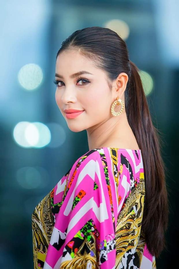Có thể thấy, bên cạnh kiểu tóc uốn xoăn sóng thì kiểu tóc cột đuôi ngựa cũng được Phạm Hương yêu thích, vừa thể hiện được sự nhẹ nhàng, vừa đủ cá tính, mạnh mẽ.