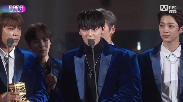 Thành viên Minhyun đại diện cả nhóm phát biểu nhận giải.