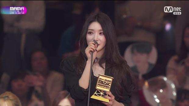 Sau màn trình diễn ấn tượng, Kim Chungha được xướng tên ở hạng mục Best Of Next.